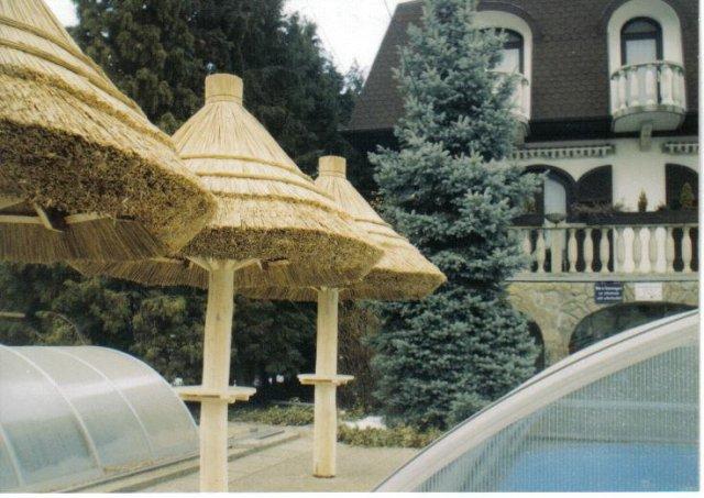Nádból készült napernyő.